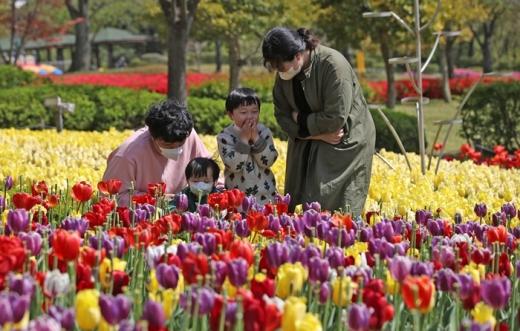 일요일인 26일 전국이 맑고 건조한 날씨를 보일 것으로 예상된다. 사진은 4월21일 오후 울산대공원 남문광장에서 마스크를 쓴 한 가족이 튤립을 바라보고 있는 모습. /사진=뉴스1