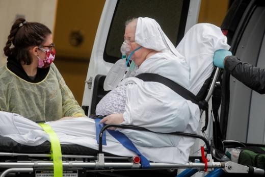 미국 뉴욕에서 의료진이 코로나19 환자를 이송하고 있다. /사진=로이터