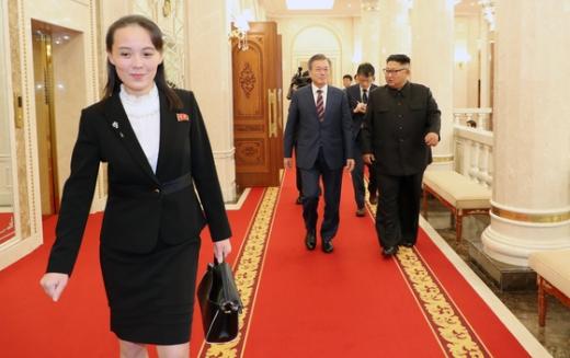 김여정 노동당 제1부부장(왼쪽)이 김정은 북한 국무위원장(오른쪽)과 함께 종적을 감췄다. /사진=로이터