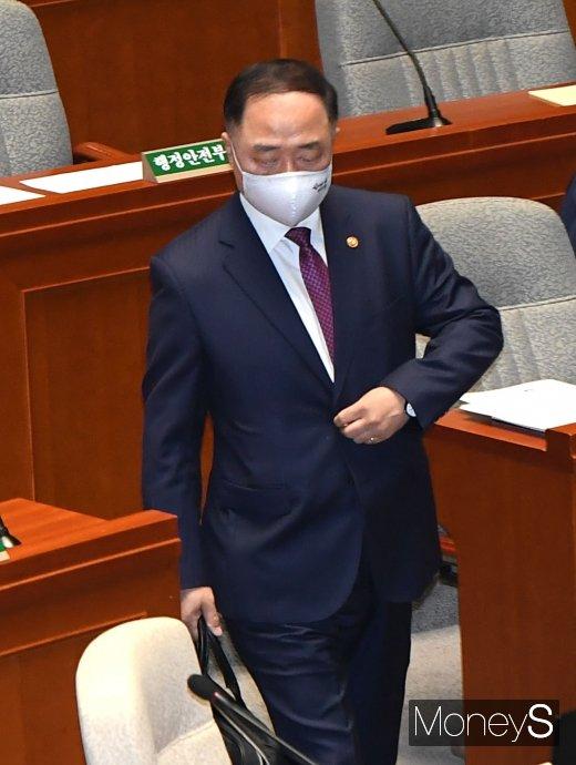[머니S포토] 예산결산특별위원회 참석하는 홍남기