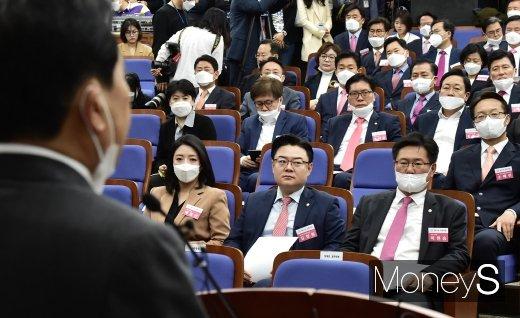 [머니S포토] 심재철 발언 경청하는 총회 당선자들