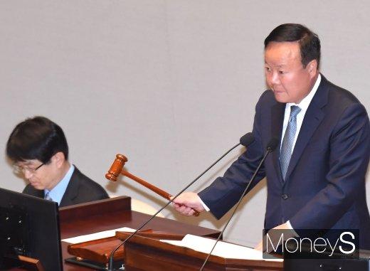 [머니S포토] 의사봉 두드리는 김재원 예결위원장