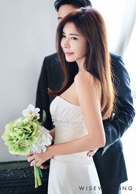 """탤런트 김준희가 결혼을 앞둔 가운데, '임신설'에 """"사실 무근""""이라고 직접 밝혔다. /사진=더써드마인드 제공"""