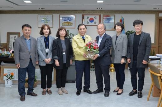 포천시는 한국수력원자력 포천양수사업소가 지난 27일 포천시 관계자와 의료진 100여 곳에 꽃바구니를 전달했다고 28일 밝혔다. / 사진제공=포천시