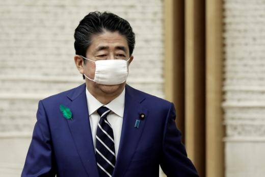 사진은 일본 정부가 나눠준 천 마스크를 착용한 아베 신조 일본 총리. 일본 언론은 5000억원 이상 예산을 투입해 전국 모든 가구에 2장씩 배포되는 천 마스크를 두고  '아베노마스크(アベノマスク·아베의 마스크)'라고 조롱하기도 했다. /사진=로이터