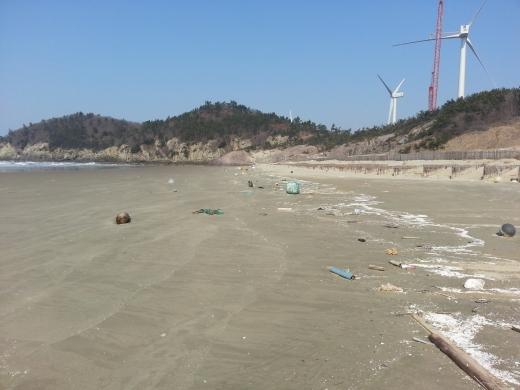 해안가로 몰려든 쓰레기. 신안군은 도서 지역 쓰레기의 효율적인 수거 처리를 위해 해양수산부에서 추진하는 2020년 도서 쓰레기 정화운반선 건조사업에 선정돼 총 48억 원의 사업비를 확보했다./사진=신안군