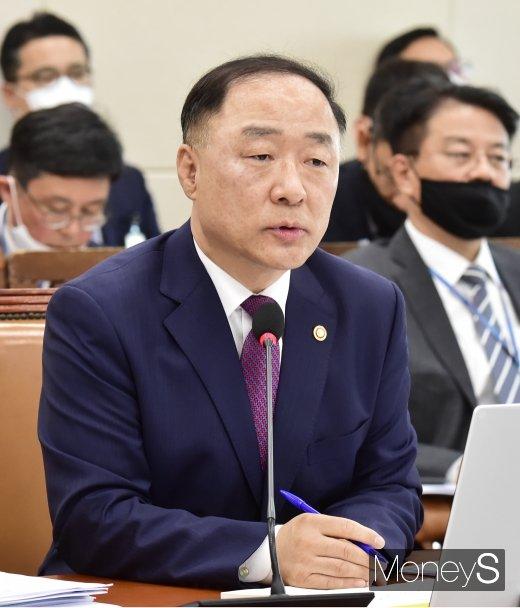 """[머니S포토] 홍남기, """"4인 기준 재난지원금 난 안받을 것…공무원들은 자발적 선택"""""""