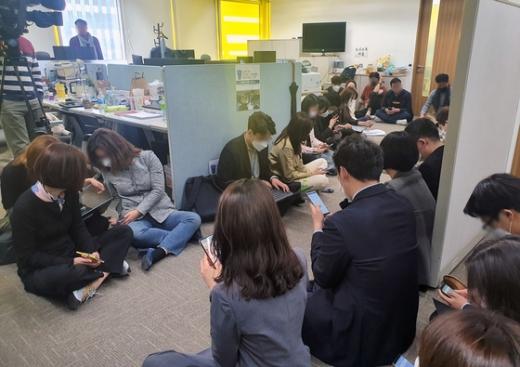 채널A 소속 기자들이 28일 검찰의 압수수색을 막기 위해 보도본부실 앞에 앉아있다. /사진=뉴스1(채널A 제공)