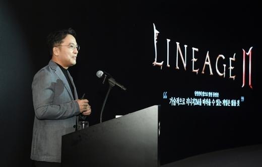 엔씨소프트가 29일 리니지2M 콘텐츠 업데이트를 진행한다. 사진은 김택진 엔씨소프트 대표가 리니지2M 간담회에서 발표를 진행하는 모습. /사진=엔씨소프트