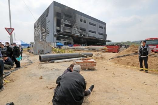 경기도 이천시 모가면 물류창고 화재 현장에서 유가족들이 오열하고 있는 모습.©뉴스1