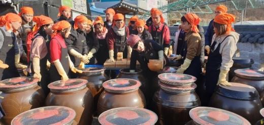 지난해 2월에 열린 전통장 담그기 행사 장면. / 사진제공=경기도농기원