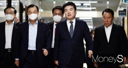 [머니S포토] 한국당 최고위 회의 들어서는 원유철 대표