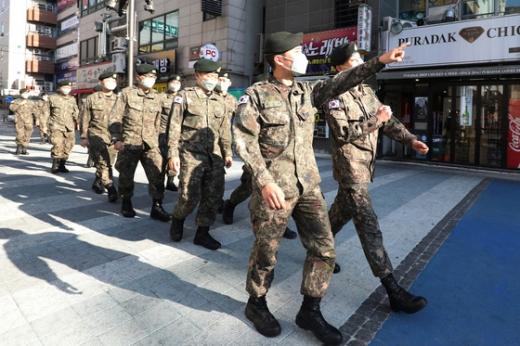 군 장병들의 외출이 해제된 지난달 24일  대구 육군 50사단 장병들이 부대 인근 안전지역으로 이동하고 있다. /사진=뉴스1