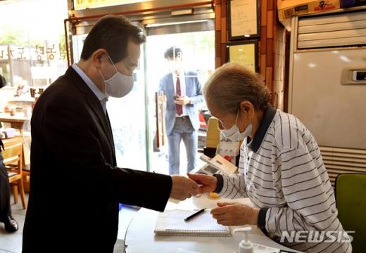 정세균 국무총리가 서울 종로구에 있는 식당을 방문해 착한 선결제 운동에 동참했다. /사진=뉴시스