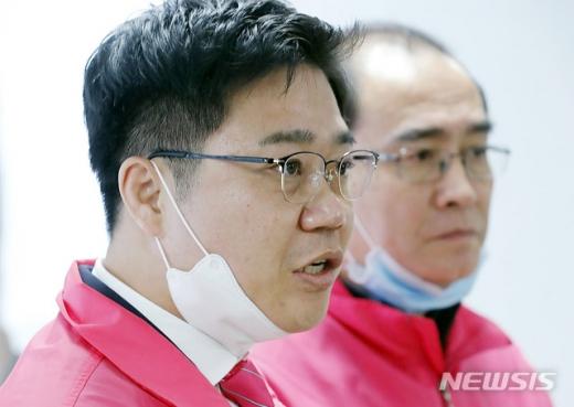김정은 북한 국무위원장의 건강이상설과 사망을 주장했던 태영호·지성호 미래통합당·미래한국당 당선인이 머리를 숙였다. 사진은 지 당선인(왼쪽)과 태 당선인. /사진=뉴시스