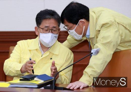 [머니S포토] 비상경제 중대본 회의에서 대화하는 박양우·이호승