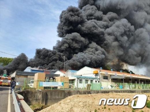 김포에서 발생한 화재로 근로자 1명이 부상을 당했다. /사진=뉴스1(김포소방서 제공)