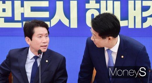 [머니S포토] 민주당 정책조정회의, 이인영 바라보는 조정식