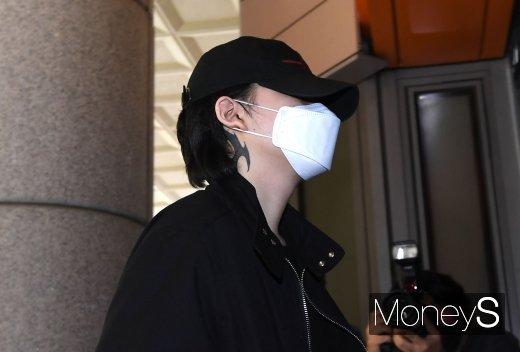 [머니S포토] 노엘 '마스크와 모자로 꽁꽁 숨긴 얼굴'