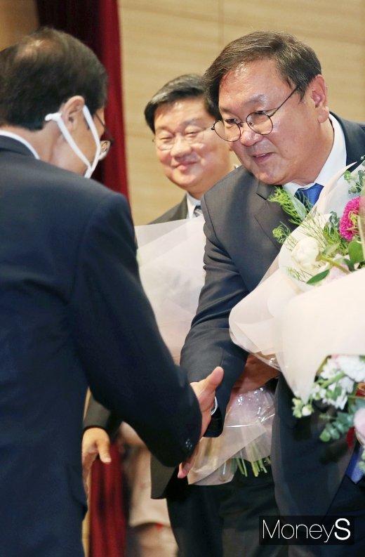 [머니S포토] 이해찬 대표 축하받는 김태년 원내대표 당선인