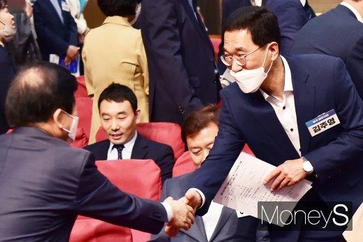 [머니S포토] 민주당 원내대표 경선, 인사 나누는 김주영