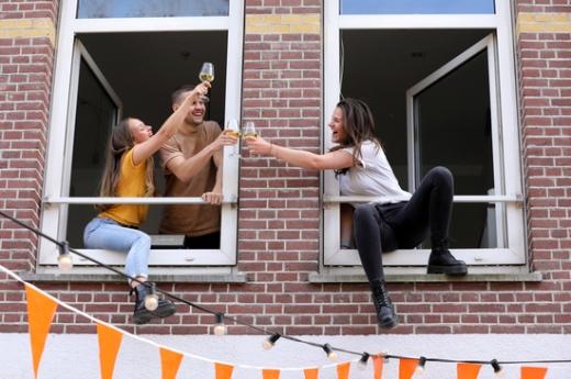 네덜란드 암스테르담에서 서로의 집에 갇혀있던 주민이 이웃집 주민과 창문 너머로 소소한 파티를 즐기고 있다. /사진=로이터