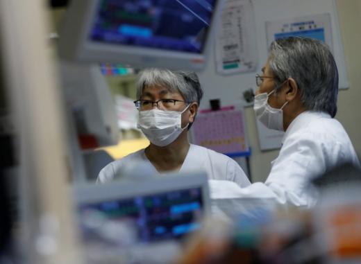 일본 도쿄 남쪽 가와사키의 세인트 마리아나 의대 병원에서 의료진이 코로나19 환자의 상태를 살피고 있다. /사진=로이터
