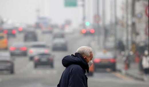 월요일인 11일은 구름이 많고 흐린 가운데 일부지역에서는 저녁부터 약한 비가 지나겠다. /사진=뉴시스