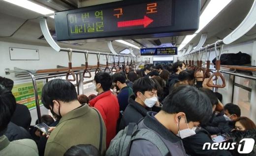마스크 미착용시 지하철에 탑승할 수 없도록 하는 조치가 시행된다. /사진=뉴스1