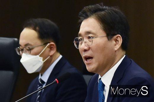 [머니S포토] 성윤모 장관, '소재부품장비 공급 재편 관련 3대 정책 방향 제시'