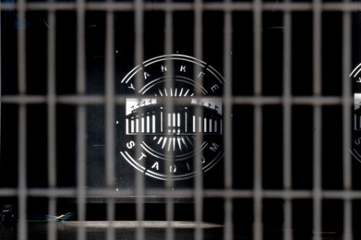 코로나19로 메이저리그 개막이 미뤄진 가운데 미국 뉴욕 양키스타디움 정문이 폐쇄된 모습. /사진=로이터