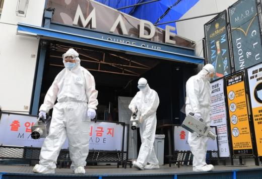 방역당국 직원들이 코로나19 추가 확진자가 발생한 서울 이태원의 클럽 '메이드'에서 방역 작업을 벌이고 있다. /사진=뉴스1