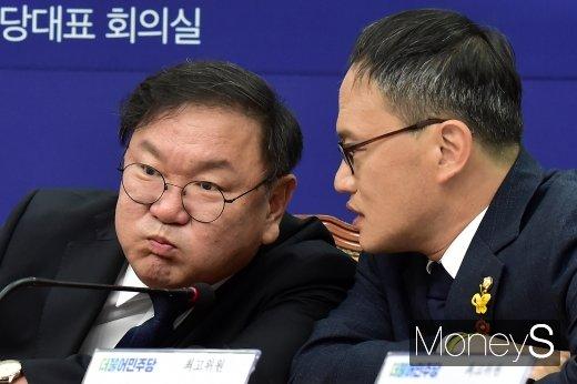 [머니S포토] 대화 나누는 김태년-박주민