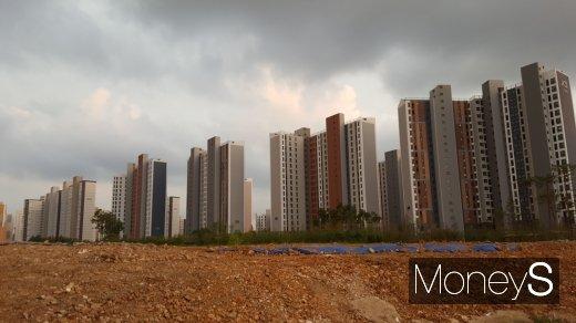 정부의 분양권 전매 강화 규제에 8월 이전에 수도권·광역시에서 공급되는 6개월 전매 가능 분양 단지에 대한 관심이 더 높아질 것으로 관측된다. 사진은 수도권의 한 아파트 건설 현장. /사진=김창성 기자