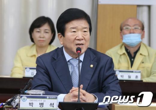 20일 21대 국회 첫 국회의장으로 사실상 확정된 박병석 더불어민주당 의원(68)은 6선 중진으로 언론인 출신이다. /사진=뉴스1