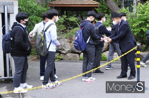 코로나19 여파로 미뤄졌던 등교 수업이 80일만에 시작된 20일 오전 서울 종로구 경복고등학교에서 고3 학생들 발열 체크하는 모습이다. /사진=장동규 기자