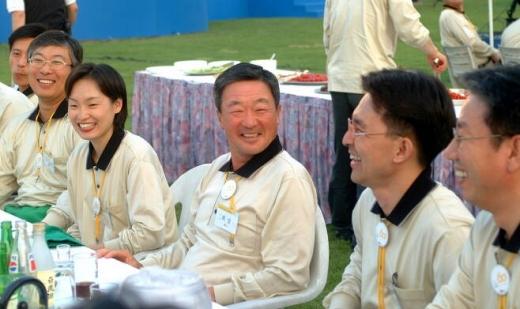 고 구본무 전 LG 회장(가운데)이 2002년 5월 직원들과 대화를 나누는 모습 / 사진=LG