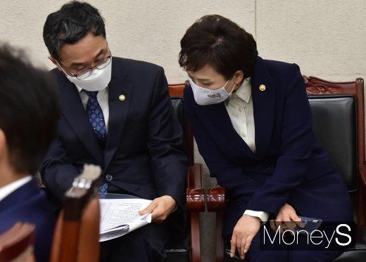 [머니S포토] 자료 살피는 김현미 장관