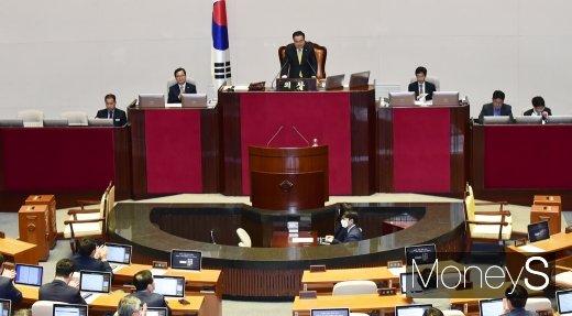 [머니S포토] 마지막 20대 국회 본회의, 박수 받는 문희상