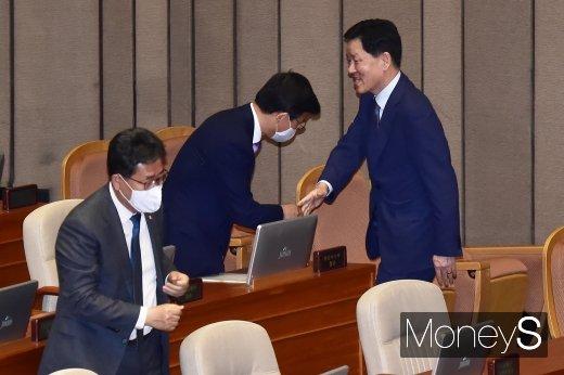 [머니S포토] 20대 국회 마지막 본회의, 인사 나누는 주승용 부회장