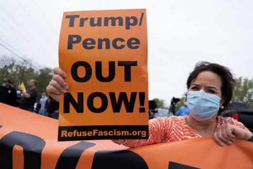 도널드 트럼프 미국 대통령이 미시간주 입실란티의 포드 자동차 부품공장을 방문한 지난 21일(한국시간) 지역 주민들이 트럼프 대통령 반대 시위를 벌이고 있다. /사진=로이터