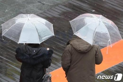 오늘(24일)은 전국이 대체로 흐리고 중부지방과 전라도, 경북 내륙에는 새벽부터 낮 사이 비가 내리겠다./사진=뉴스1DB