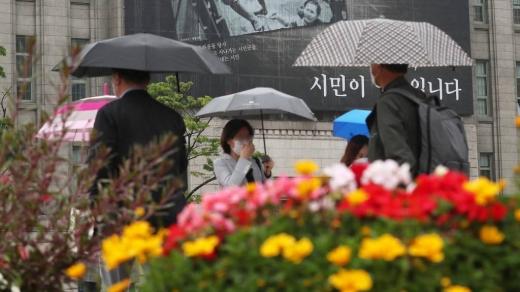 서울 시청광장 앞에서 시민들이 우산을 쓰고 발걸음을 옮기고 있다./사진=머니투데이DB
