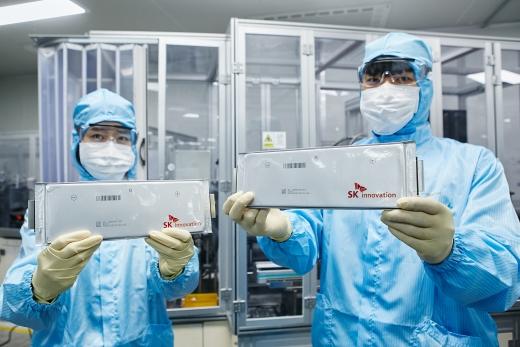 SK이노베이션 연구원들이 배터리를 선보이고 있다. / 사진=SK이노베이션
