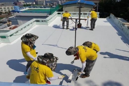 지난해 하얀지붕 설치 작업./사진=부산시