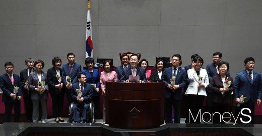 [머니S포토] 미래한국당 당선인들 환영하는 주호영 원내대표