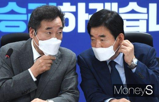 [머니S포토] 이낙연·김진표 '코로나19 대화'
