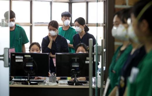 대구 계명대병원에서 의료진이 환자들의 상황을 살피고 있다. /사진=뉴스1