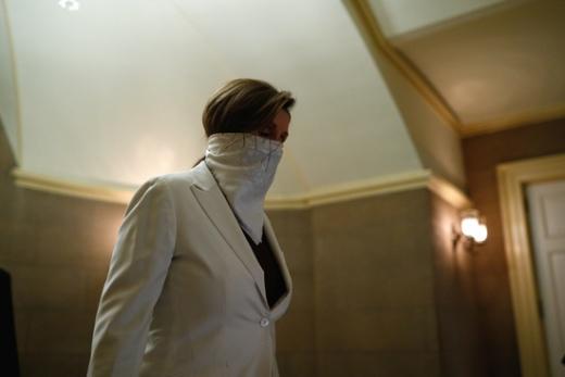 낸시 펠로시 미 하원의장이 스카프 형태의 마스크를 쓴 채 의회 복도를 지나고 있다. /사진=로이터