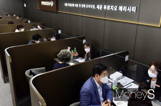 [머니S포토] 세운정비사업 지구 첫 분양, 상담받는 고객들